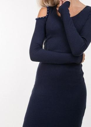 Стильне плаття в рубчик з вирізом на плечах м1