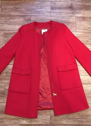 Стильное красное алое пальто mango
