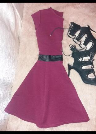 Фактурное платье цвета марсала1 фото