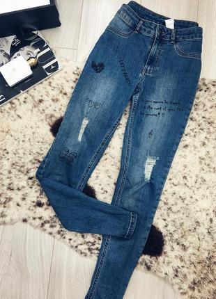 Очень стильные джинсы с надписями и потёртостями1