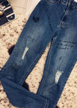 Очень стильные джинсы с надписями и потёртостями2