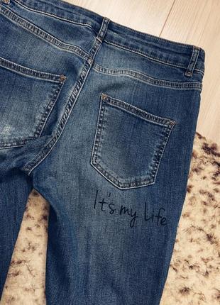 Очень стильные джинсы с надписями и потёртостями3