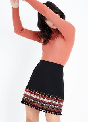 Актуальная юбка с помпонами и вышивкой, классическая с орнаментом