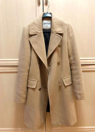 Бежевое демисезонное прямое пальто на пуговицах