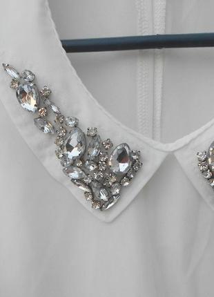 Белая летняя нарядная классическая блузка с воротником с камнями2