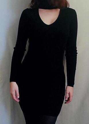 Трикотажное платье с чокером