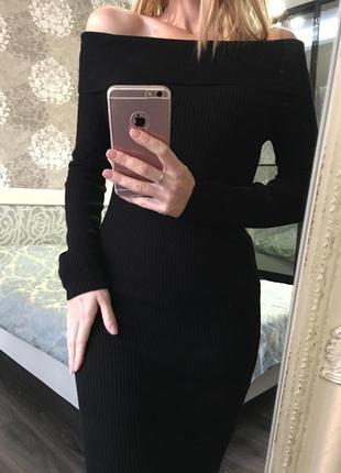Трикотажное платье с открытыми плечами4 фото