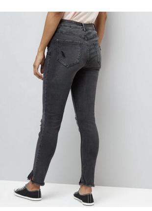 Чёрные стильные джинсы рваные скинни с кнопками, зауженные эластичные с бахромой2