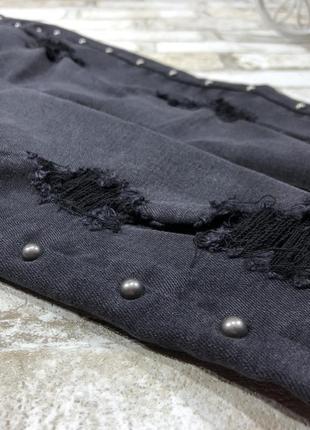 Чёрные стильные джинсы рваные скинни с кнопками, зауженные эластичные с бахромой3