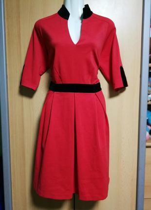Красное платье с бархатной отделкой
