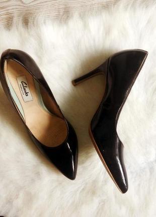 Черные лаковые кожаные лодочки на среднем каблуке от clarks средний каблук шпилька