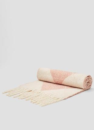 Розовый шарф stradivarius с узором «ромбы»