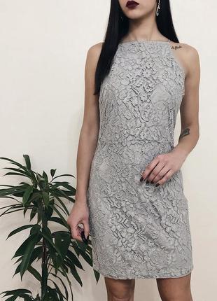 Серое новое платье кружево