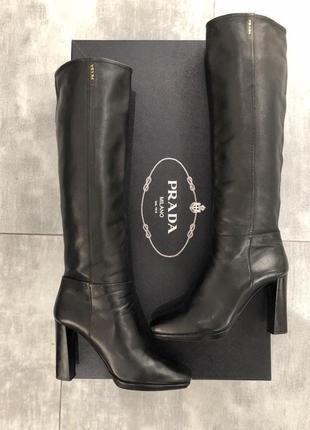 Сапоги черные на каблуке prada