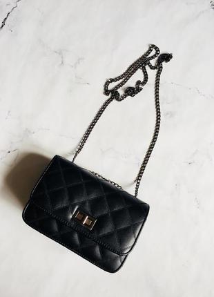 Черная стеганая маленькая сумка на цепочке