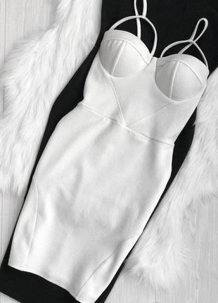 Белое платье на бретелях prettylittlething