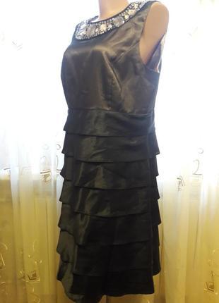 Нарядное платье с воланами и украшением