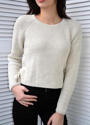 Стильный укороченный свитер с завязками по бокам