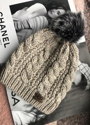 Бежевая шапка на флисовой подкладке теплая с помпоном