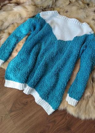 Своьодный ,яркий свитер.