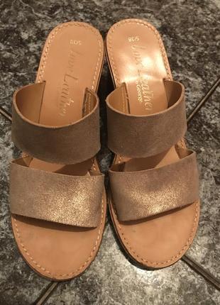 Кожаные золотистые шлёпанцы на толстом каблуке
