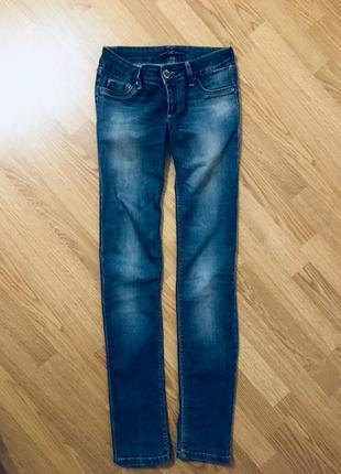 Отличные зауженные джинсы dlf