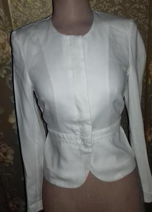Стильный деловой белый пиджак