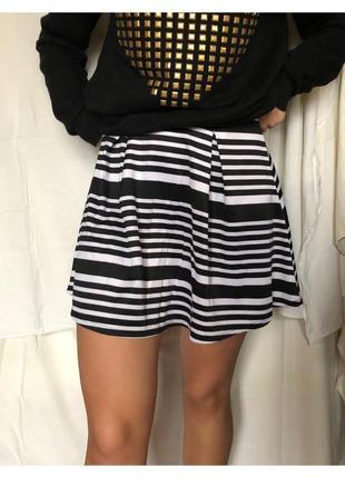 Черно-белая полосатая короткая юбка