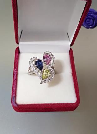Кольцо с разноцветными стразами.