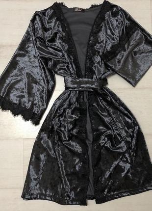 Халат из мраморного велюра черного цвета.
