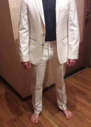 Белый классический мужской костюм