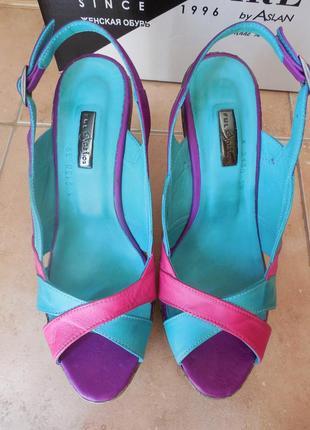 Удобные женские кожаные босоножки на высоком каблуке