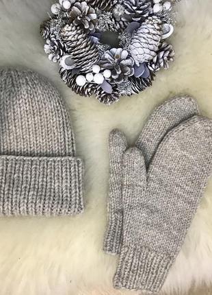 Шерстяная шапка и варежки ручной работы