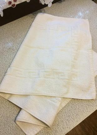 Белоснежное махровое полотенце с классическим узором