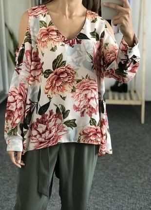 В наличии красивая блуза с пионами цветами zara