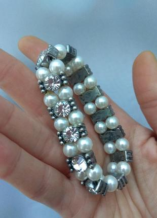 Очаровательный вечерний браслет с кристалами и бусинами под жемчуг,на резинке