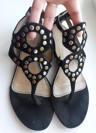 Черные босоножки с заклепками