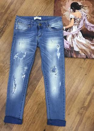 Закженные рваные джинсы justor