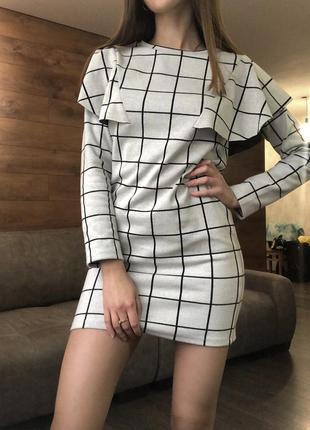 Стильное платье с воланами, рюшами, оборками