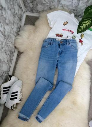Крутые светлые плотные джинсы скинни bershka с необработанным низом размер хс