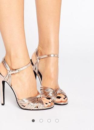 Обалденные золотые босоножки туфли с переплетом с кожаной стелькой