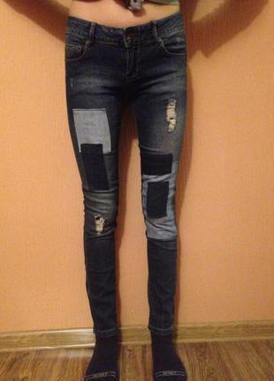 Суперские джинсы zara,на средней посадке,с нашивками.