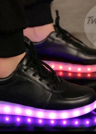 Кроссовки со светящейся светодиодной подошвой.