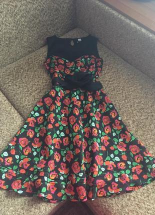 Яркое платье в розах миди