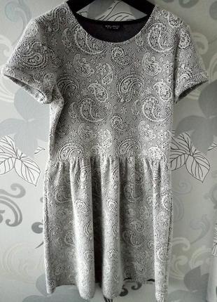 Серое черное белое короткое фактурное новогоднее платье select