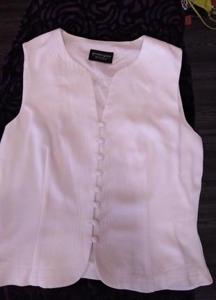 Красивая белая блузочка .впереди полностью на пуговицах.