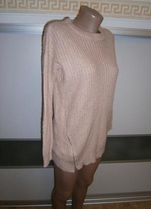 Нежный свитер пудрового цвета.