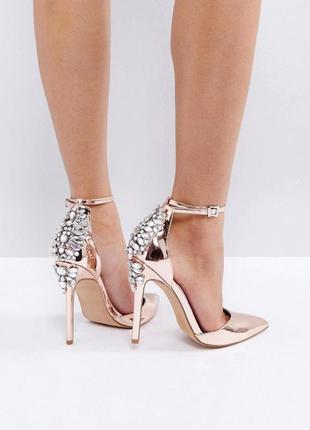 Декорированные туфли на высоком каблуке