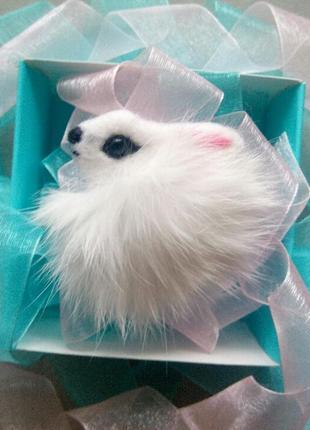 Брошь ручной работы белый зайчик с мехом валяная брошь кролик с натуральным мехом