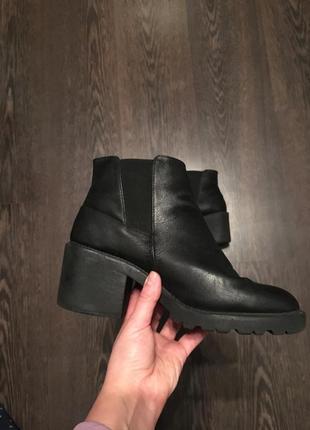 Отличные ботинки на  толстом каблуке